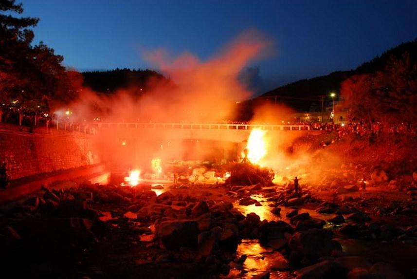 Κάθε χρόνο το τέλος του καρναβαλιού στην Ξάνθη σηματοδοτεί το «κάψιμο του Τζάρου». Την τελευταία Κυριακή της Αποκριάς στη γέφυρα του ποταμού Κόσυνθου, ντόπιοι και επισκέπτες παρακολουθούν να καίγεται ο Τζάρος. Ο Τζάρος είναι ένα ανθρώπινο ομοίωμα τοποθετημένο πάνω σε έναν σωρό από πουρνάρια. Σκοπός είναι να ξορκιστεί το κακό που στη προκειμένη περίπτωση είναι η απομάκρυνση των ψύλλων το καλοκαίρι. Το έθιμο κρατάει χρόνια καθώς το έφεραν οι πρόσφυγες από το Σαμακόβ της Ανατολικής Θράκης και ζωντανεύει κάθε χρόνο από τους κατοίκους του ομώνυμου συνοικισμού.