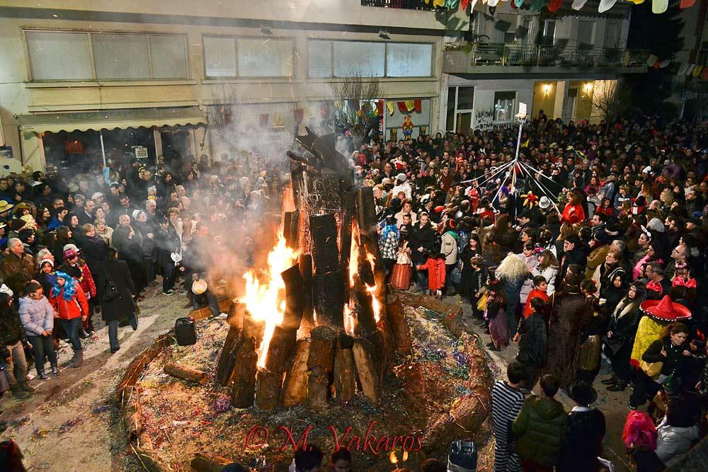 «Τζαμάλες», κατά το τοπικό ιδίωμα, ονομάζονται οι μεγάλες αποκριάτικες φωτιές.  που ανάβουν κάθε χρόνο σε διαφορετικές συνοικίες της πόλης των Ιωαννίνων την τελευταία Κυριακή πριν την αρχή της Σαρακοστής. Γύρω τους στήνεται κάθε χρόνο γλέντι με πολύ χορό και κρασί που κρατά μέχρι τα ξημερώματα. Το έθιμο υπάρχει από τον 19ο αιώνα και αναβιώνεται κάθε χρόνο από το λαό καθώς θεωρείται ως καθαρτήριο για να ανοίξει καλά η νέα χρονική περίοδος, δηλαδή αυτή που θα έρθει μετά τον Χειμώνα.