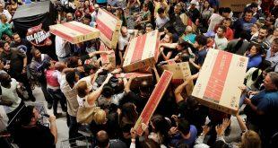 Αρχίζει από σήμερα η Black Friday: «Μαύρη Παρασκευή» για τους υπαλλήλους στα καταστήματα – Οι ουρές στα ταμεία & στα δοκιμαστήρια, οι «εικονικές» εκπτώσεις και οι πορτοφολάδες που καραδοκούν – Όλα όσα θα πρέπει να προσέξετε