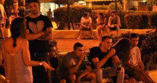 «Πάμε Πλατεία;» Συναντήσεις, Φίλοι, Έρωτες, Κοπάνα, Μπύρες, Τσιγάρα όλη μας η ζωή ήταν εκεί – Μια συνήθεια που χάθηκε στο πέρασμα του χρόνου