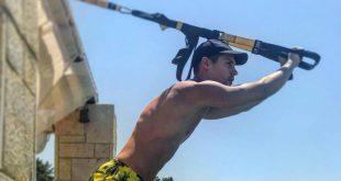 """«Σαν την γυμναστική στην Χαλκιδική δεν έχει"""" – Ο Μάνος Βροντζάκης μας δείχνει έξυπνες ασκήσεις για τις διακοπές σας (VIDEO)"""
