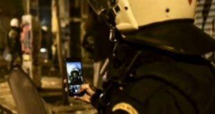 Ματατζής βγάζει selfie με φόντο τα αποκαΐδια των Εξαρχείων – Διεθνές ρεζίλι για την χώρα μας