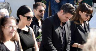 Συντετριμμένος ο Δημήτρης Ουγγαρέζος – Λύγισε στην κηδεία της μητέρας του