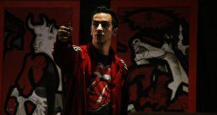 Τόλης Παπαδημητρίου: Ο ηθοποιός που γράφει τα κείμενα του Μουτσινά στον Σκάι, πίνει «Μαύρη Σαμπούκα» στο θέατρο Αλκμήνη