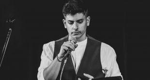 Αλέξανδρος Καραλής: O ταλαντούχος μουσικός και οι συναυλίες που δίνει σε σπίτια διάσημων
